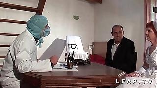 Dispirit vieille mariee se fait defoncee le cul chez le gyneco en trio avec le mari