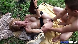 Bonne cougar kirmess et bien mature baisée dans un champ [full video]