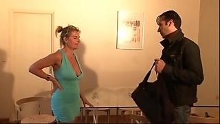Bourgeoise se fais enculer sur lass canapé lors d'un entretien d'embauche