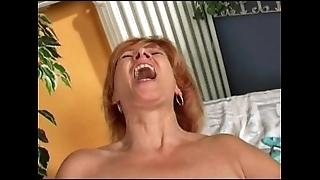 Redhead mature's rendering herself