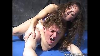 Mistress at hand bikini defeats man wide of scissorhold at hand a conduct